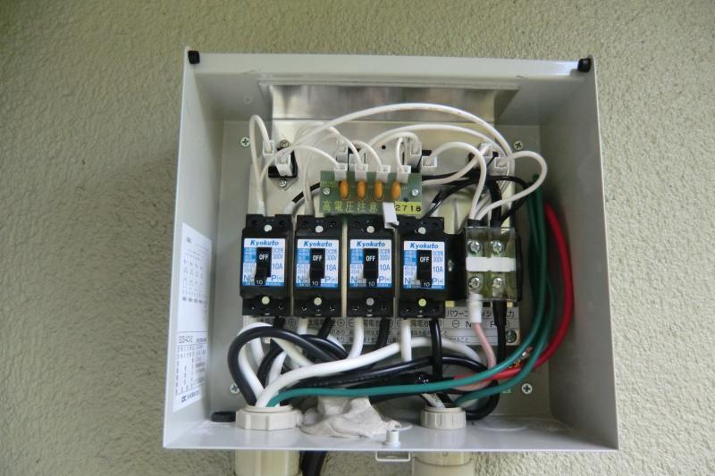 パネルに集められた電気を接続箱で一つにまとめます