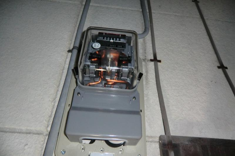 余った電気を売りますので売電メーターが設置されます