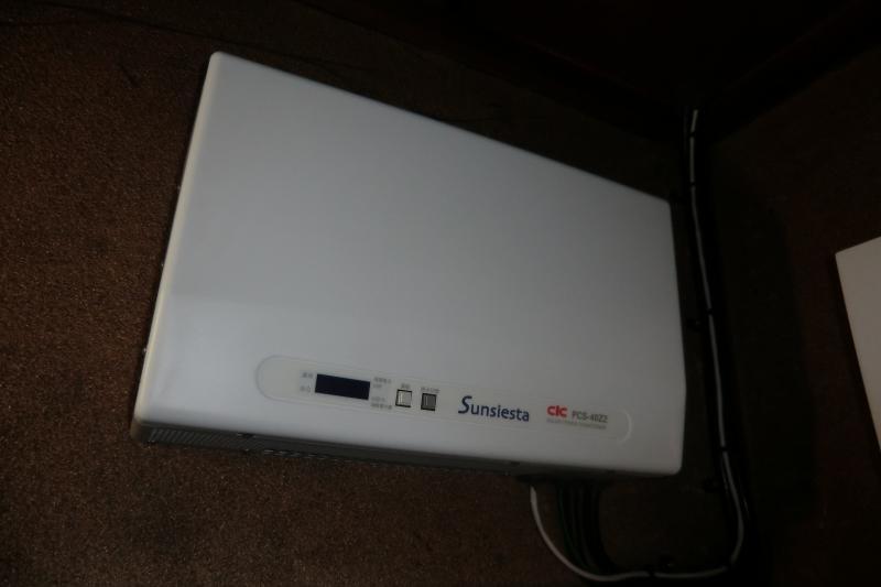 室内に直流の電気を交流に変換するパワーコンディショナーを取り付けます