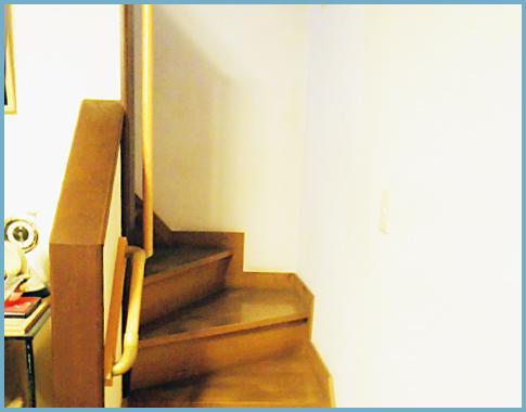 階段したまで手摺があります(^^)