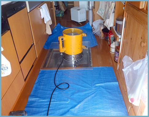 このような器械を使用して、床下一杯に消毒液を広げます☆