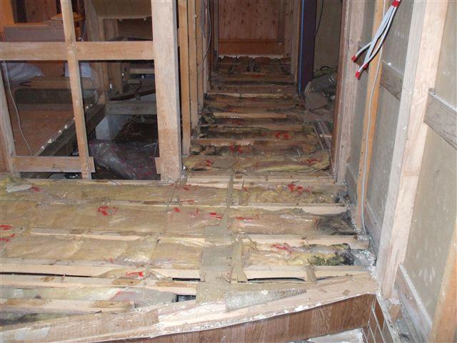 廊下の床を剥がすとこのようになっておりました。