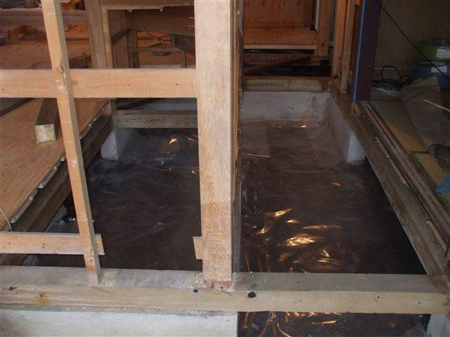 木屑等のゴミを取り除き、防蟻消毒をして防湿シートで覆います。