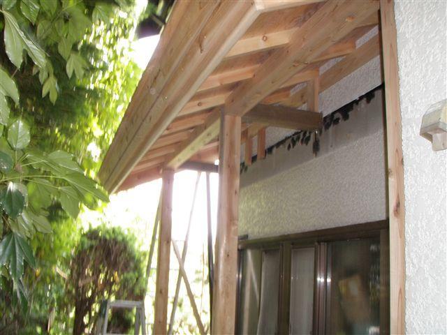 柱と屋根を施工しています。