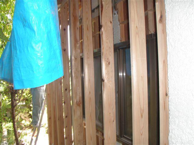 間柱を施工後、既存の壁を取り除きます。