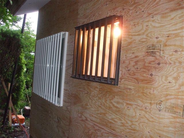 外壁下地と面格子サッシ枠を取り付けました。
