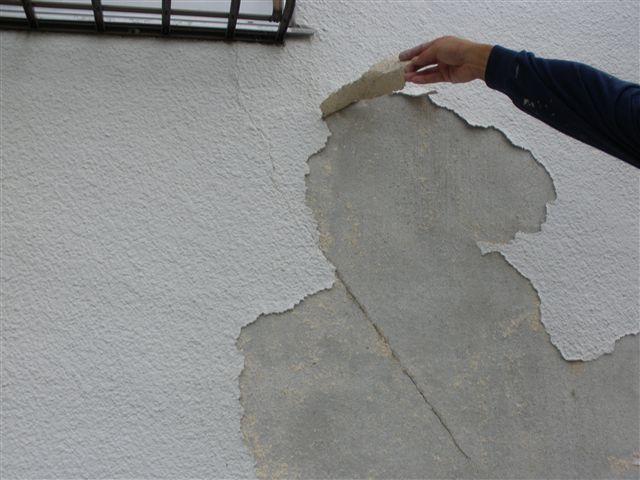 前回塗装した面を剥がすと、窓枠の右下から伸びるひび割れ部分が現れました。
