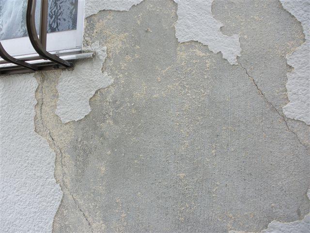 外壁部分も長年に渡り収縮を繰り返しますので、今回このひび割れ部分の下地処理を丁寧に行います。