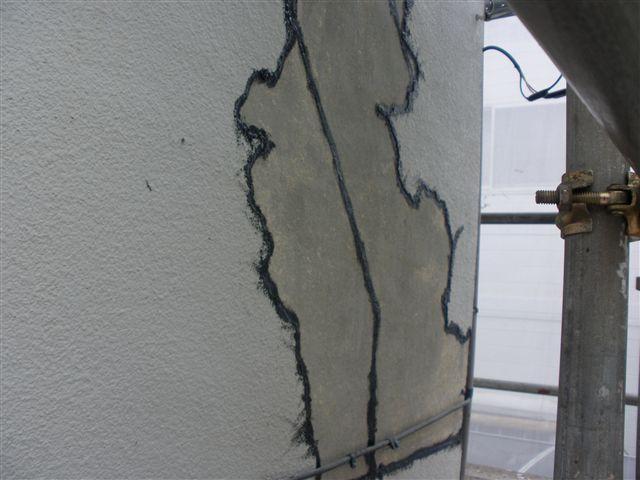 モルタルのひび割れ部分、そして前回塗装した部分が剥がれないように下地処理を行います。