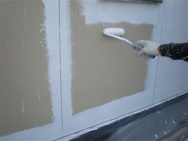 高圧洗浄をして外壁の汚れを洗い流した後、下塗りをします。